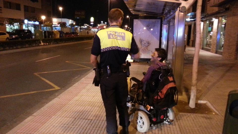 Ser discapacitado en silla de ruedas y no tener chofer, escolta, ni vehiculo oficial
